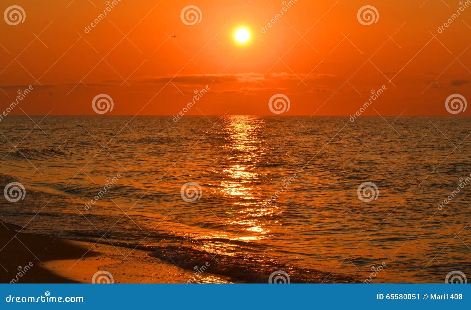 Vista do mar durante o por do sol, nascer do sol