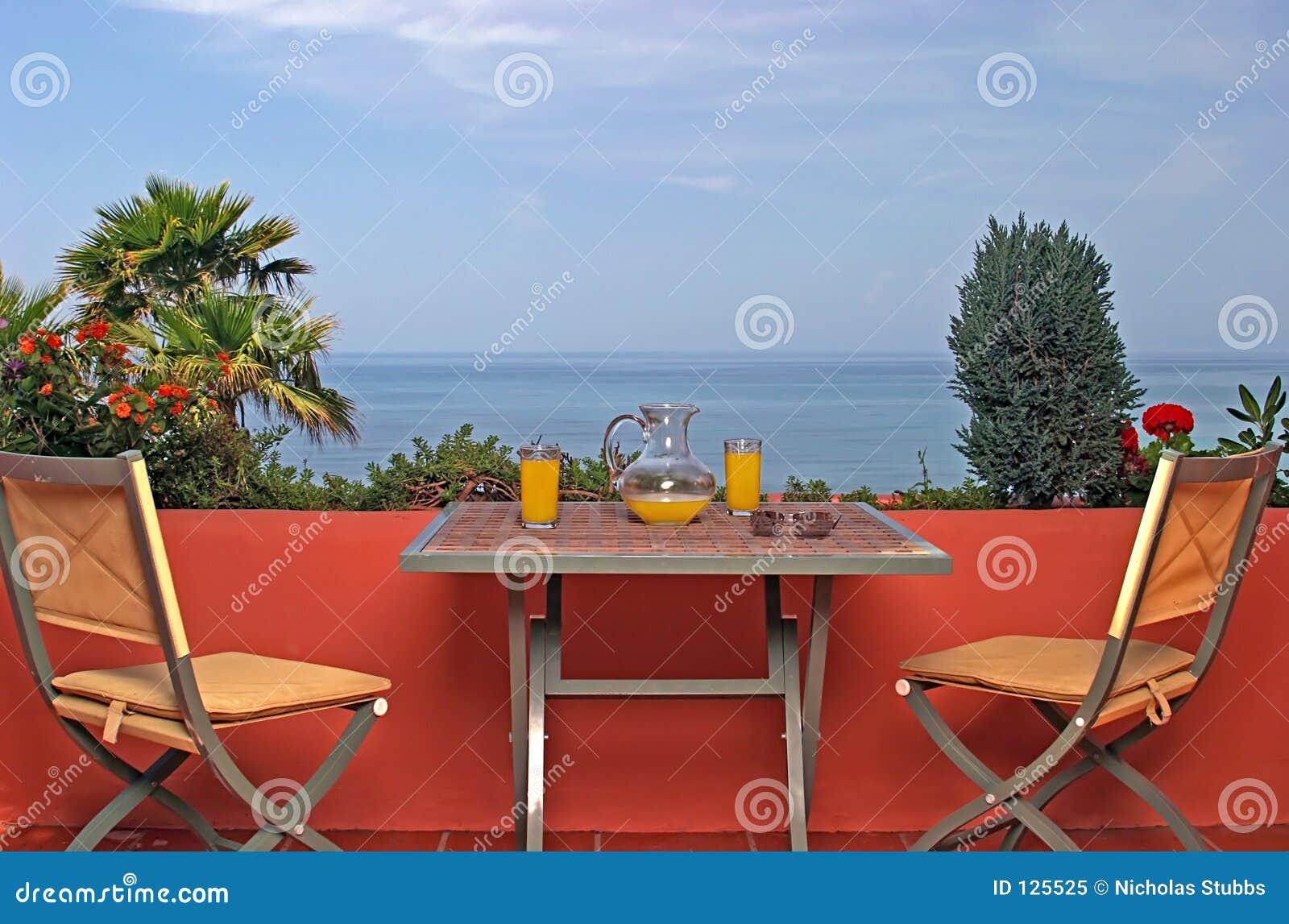 Vista do mar e do céu azul do terraço na casa de campo espanhola.