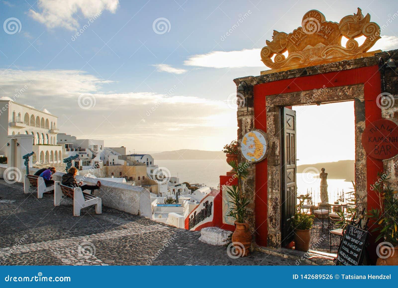 Vista do Mar Egeu na ilha de Santorini e a entrada à barra famosa Palia Kameni do cocktail