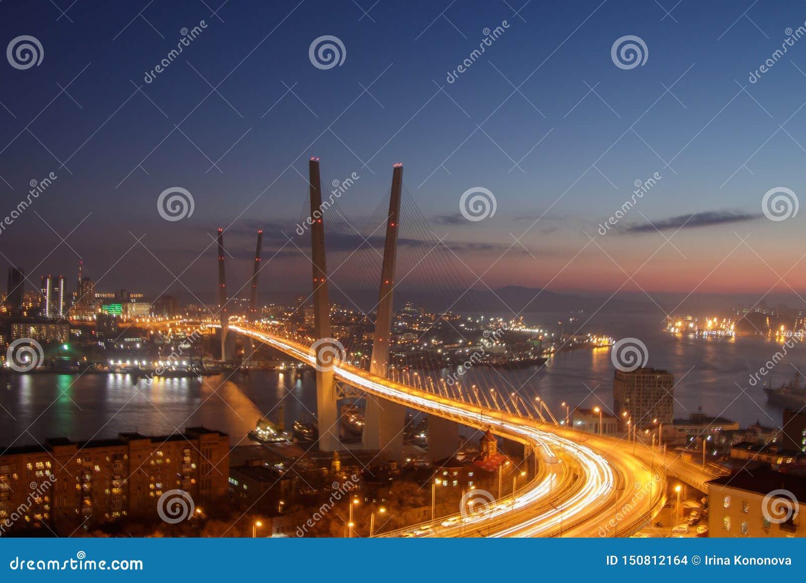 Vista do monte de Eagle à ponte dourada e à cidade dourada da noite da baía do chifre