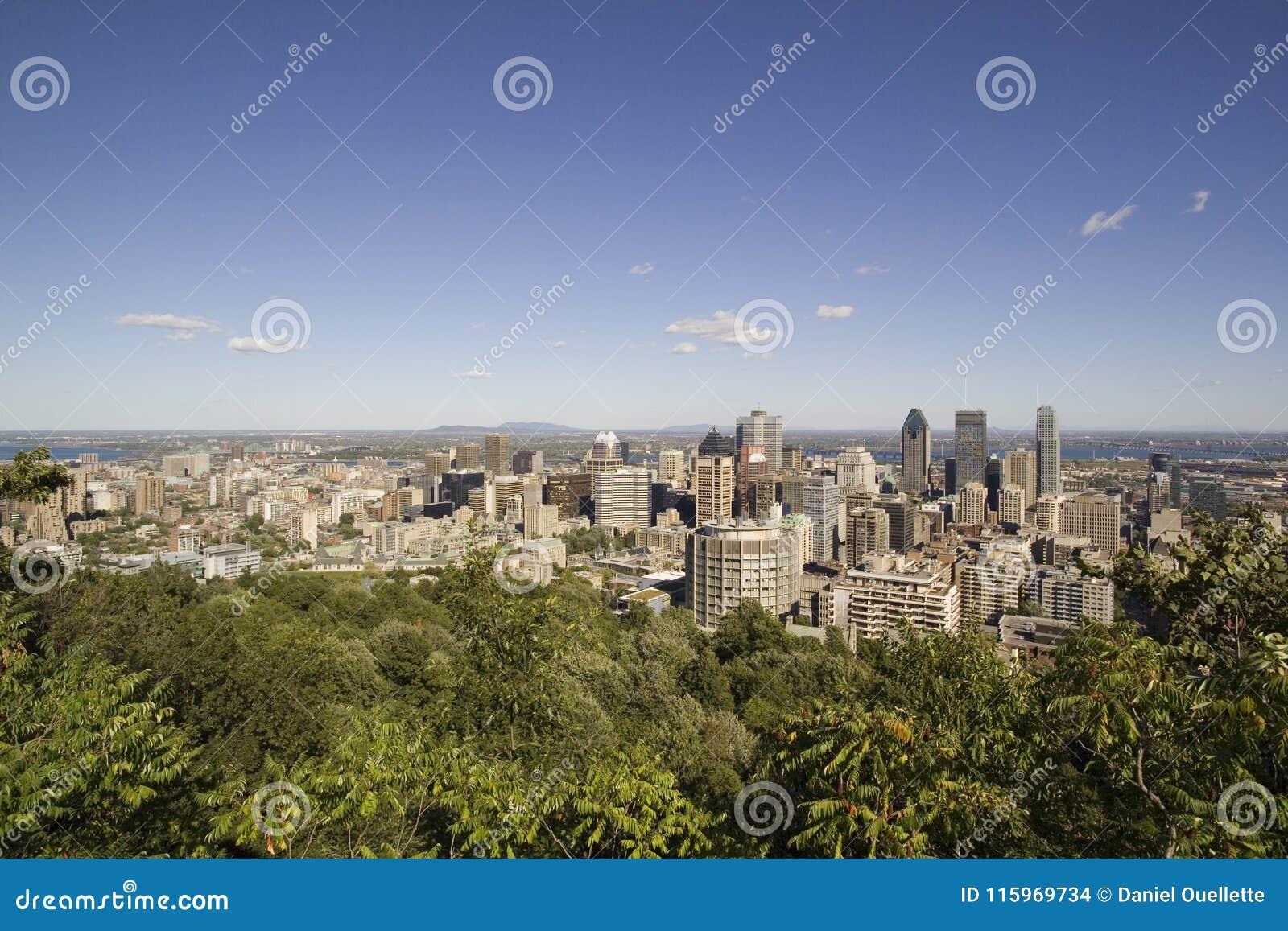 Vista do Montreal do centro do belvedere real da montagem