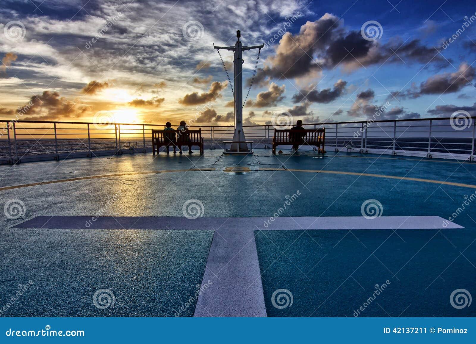 Vista do navio de cruzeiros no por do sol