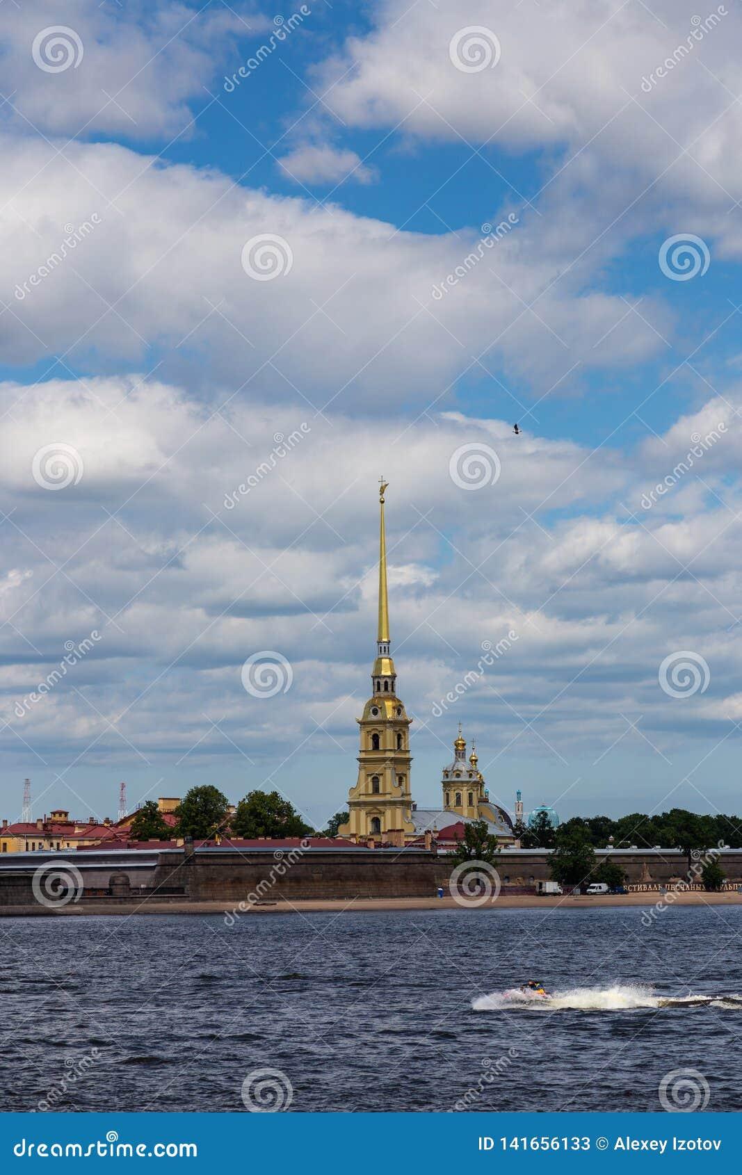 A vista do Neva no Peter e Paul Cathedral famoso e a parede do Peter e do Paul Fortress St Petersburg Rússia