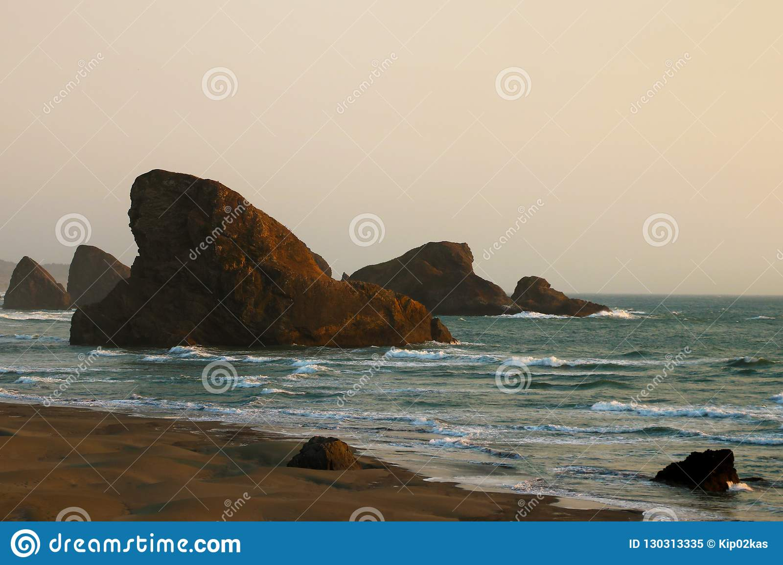 Vista do oceano no fundo de um por do sol bonito matizado