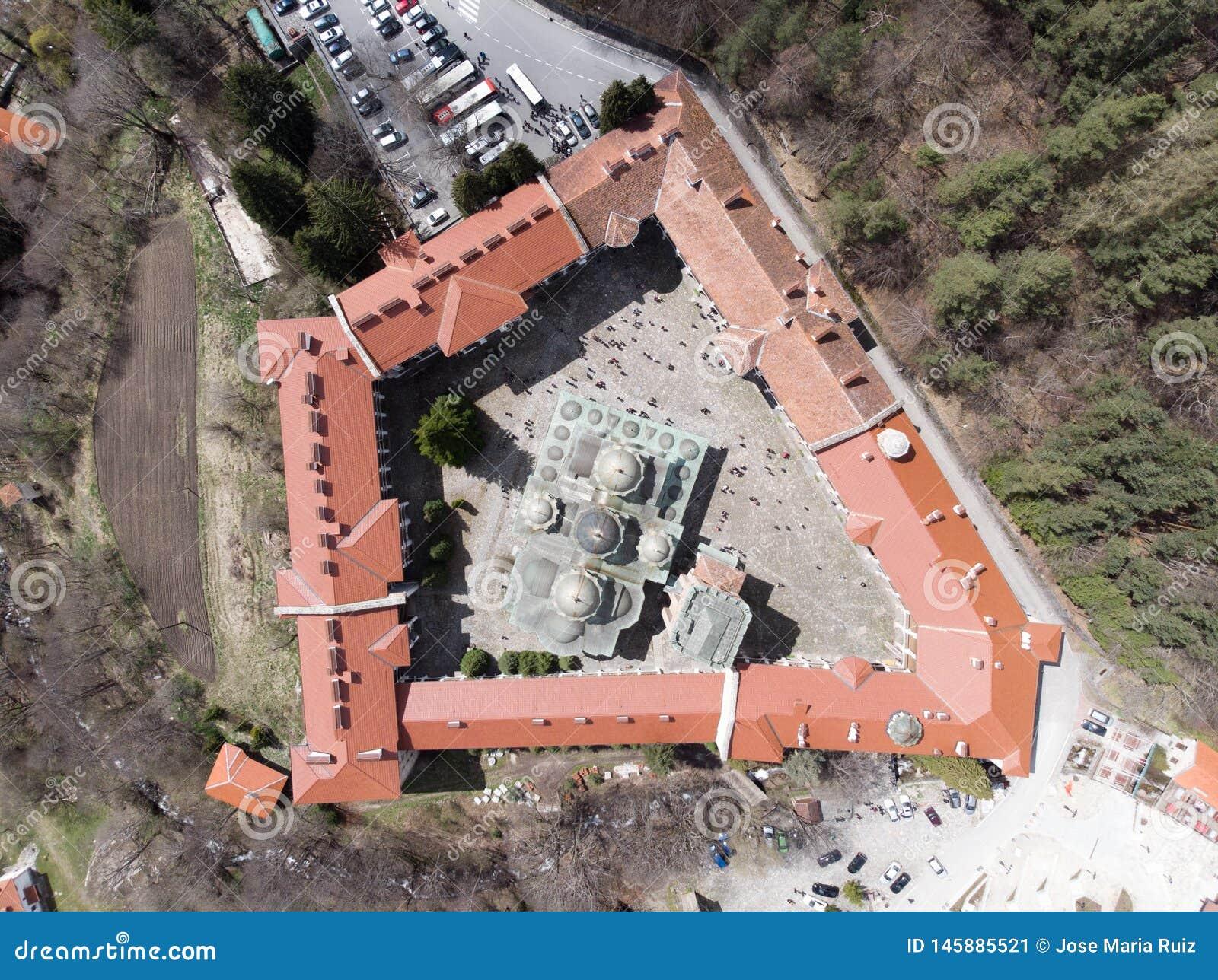 Vista do pássaro do monastério de Rila de um zangão Vista aérea de um monastério ortodoxo nas montanhas