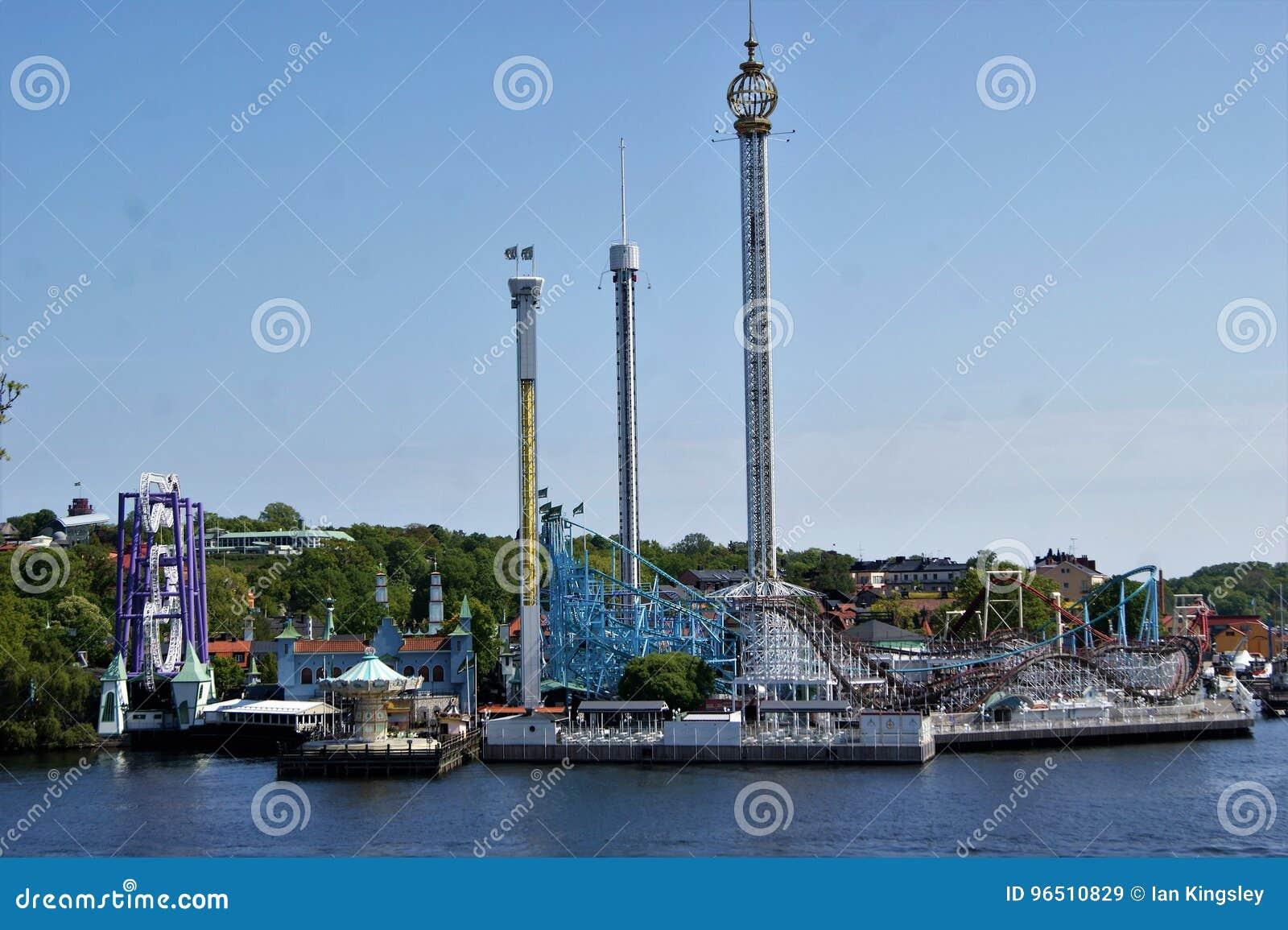 Vista do parque de diversões de Grona Lund através da água