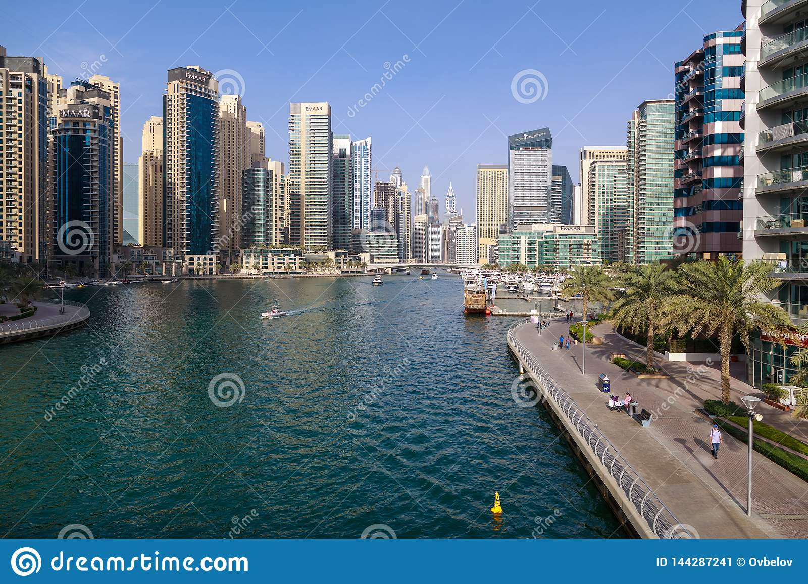 Vista do porto de Dubai em um dia ensolarado morno