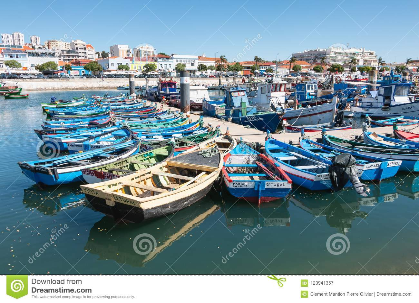 Vista do porto de pesca pequeno de Setubal com seu azul típico