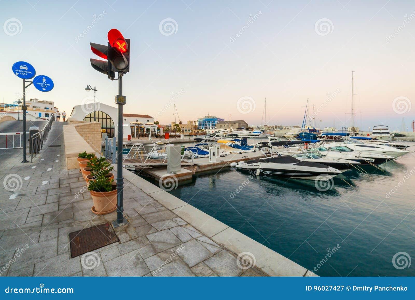 Vista do porto velho de Limassol no por do sol