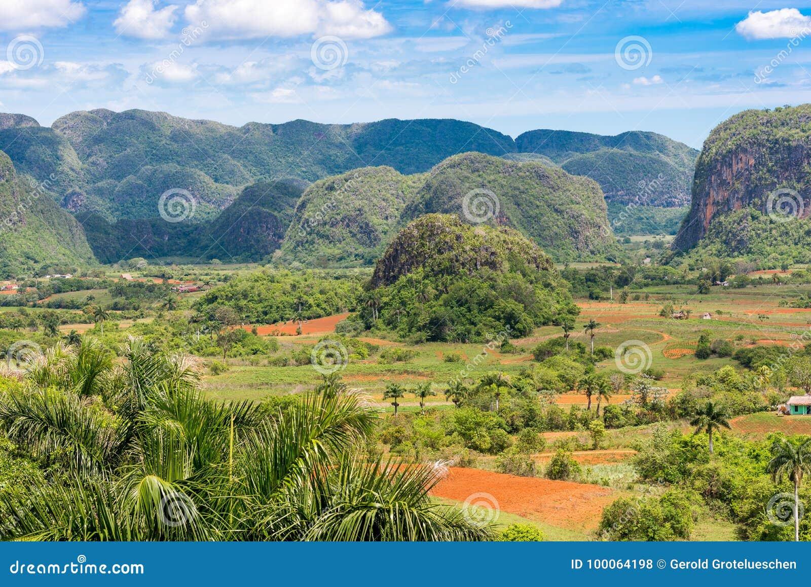 Vista do vale de Vinales, Pinar del Rio, Cuba Copie o espaço para o texto