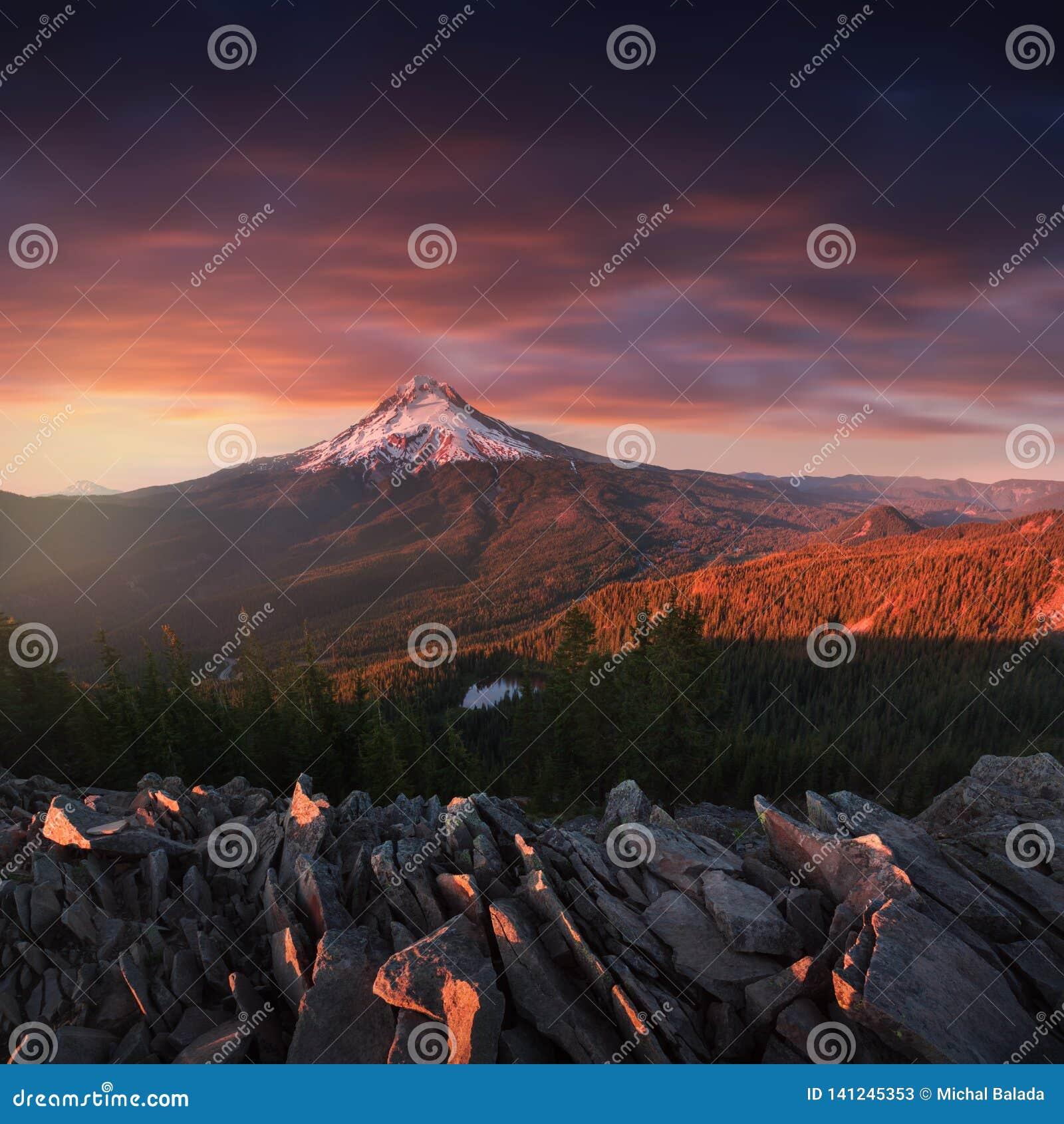 Vista dramática e majestosa do Mt Capa em um por do sol brilhante, colorido durante os meses do verão O noroeste pacífico, Oregon