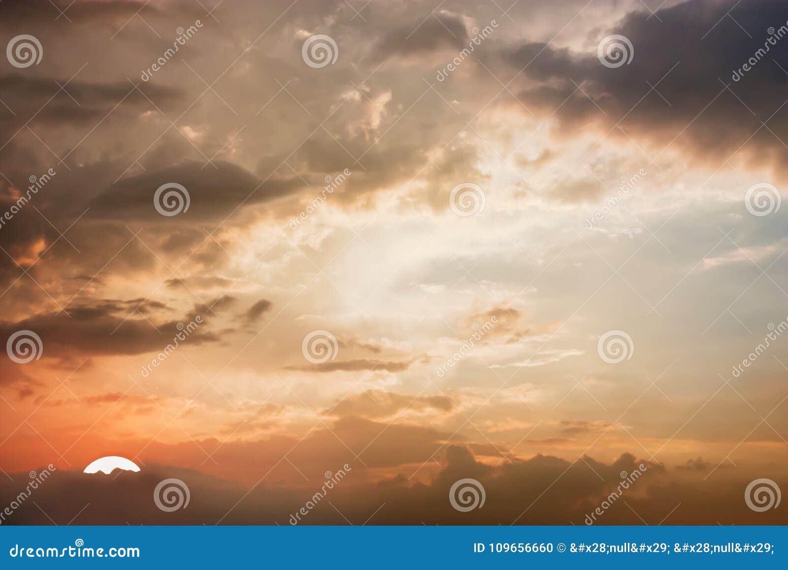 Vista drammatica di panorama dell atmosfera di bello cielo crepuscolare e