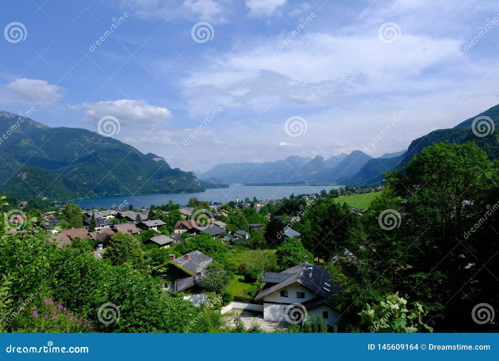 Vista eines kleinen alpinen Dorfs