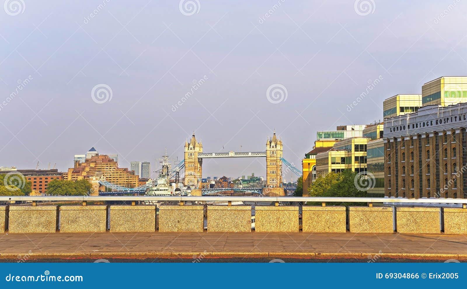 Vista a elevar-se ponte sobre o rio Tamisa em Londres