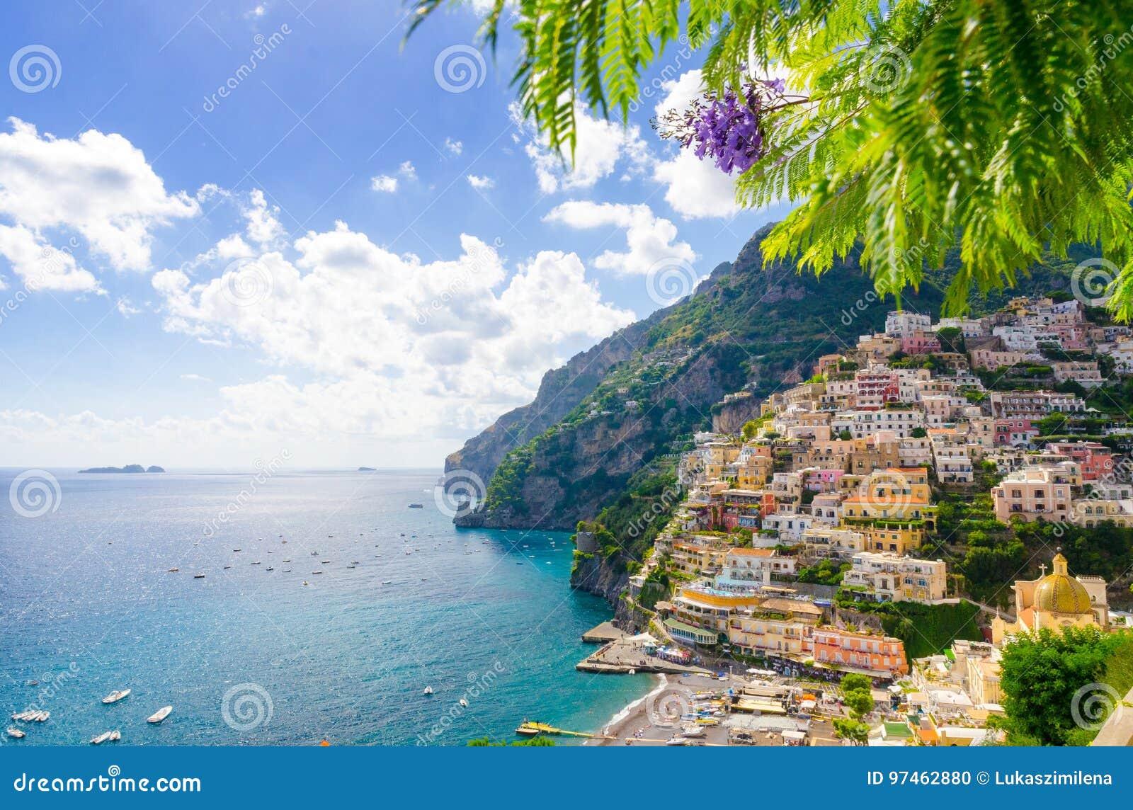 Vista em Positano na costa de Amalfi, Campania, Itália