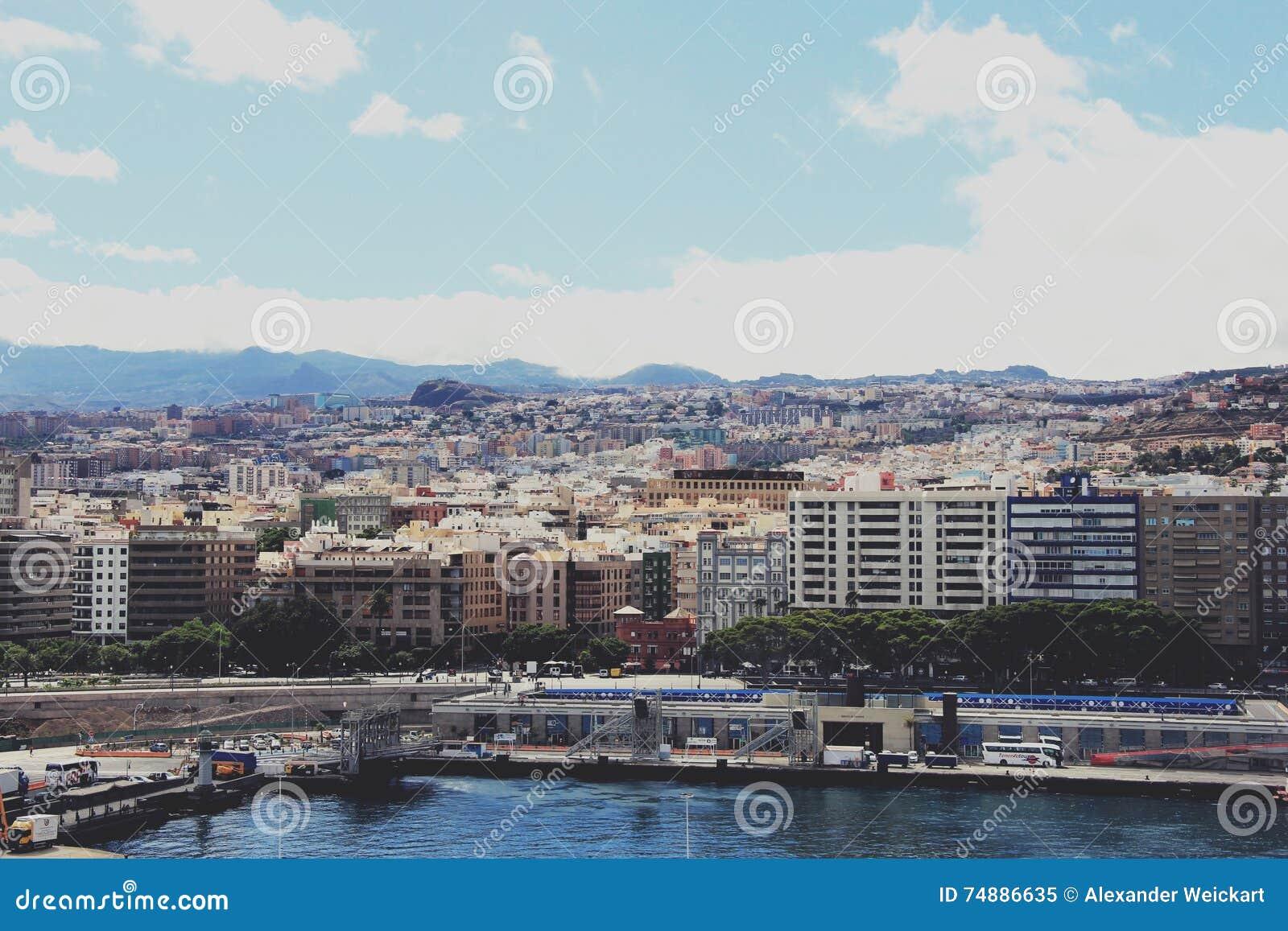 Vista em Santa Cruz de Tenerife do navio de cruzeiros - Ilhas Canárias, Espanha