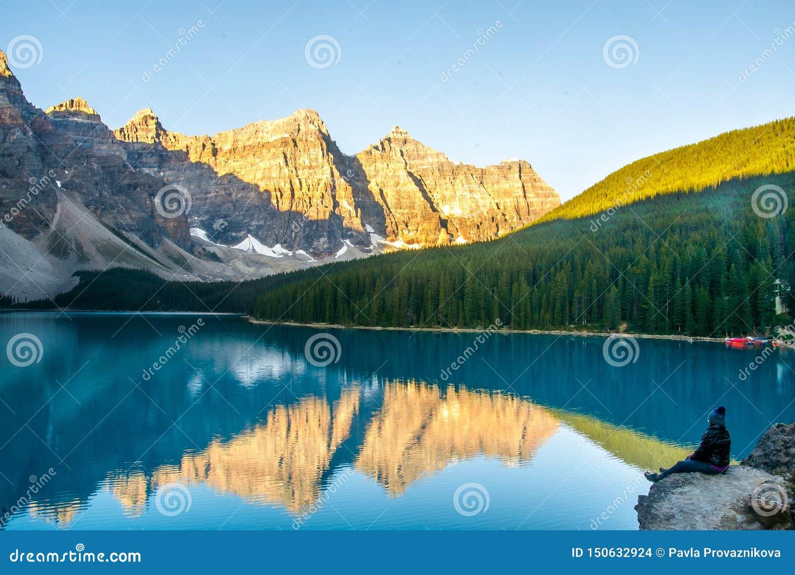 Vista emocionante del lago moraine y cordillera en Rocky Mountains