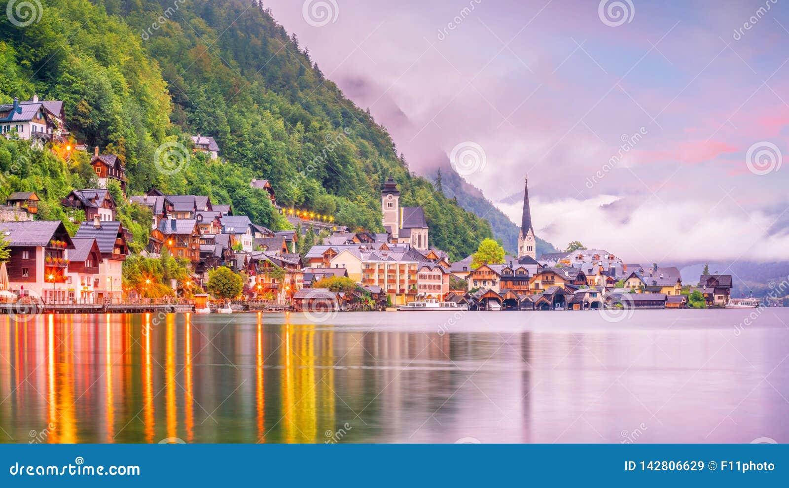 Vista escénica del pueblo famoso de Hallstatt en Austria