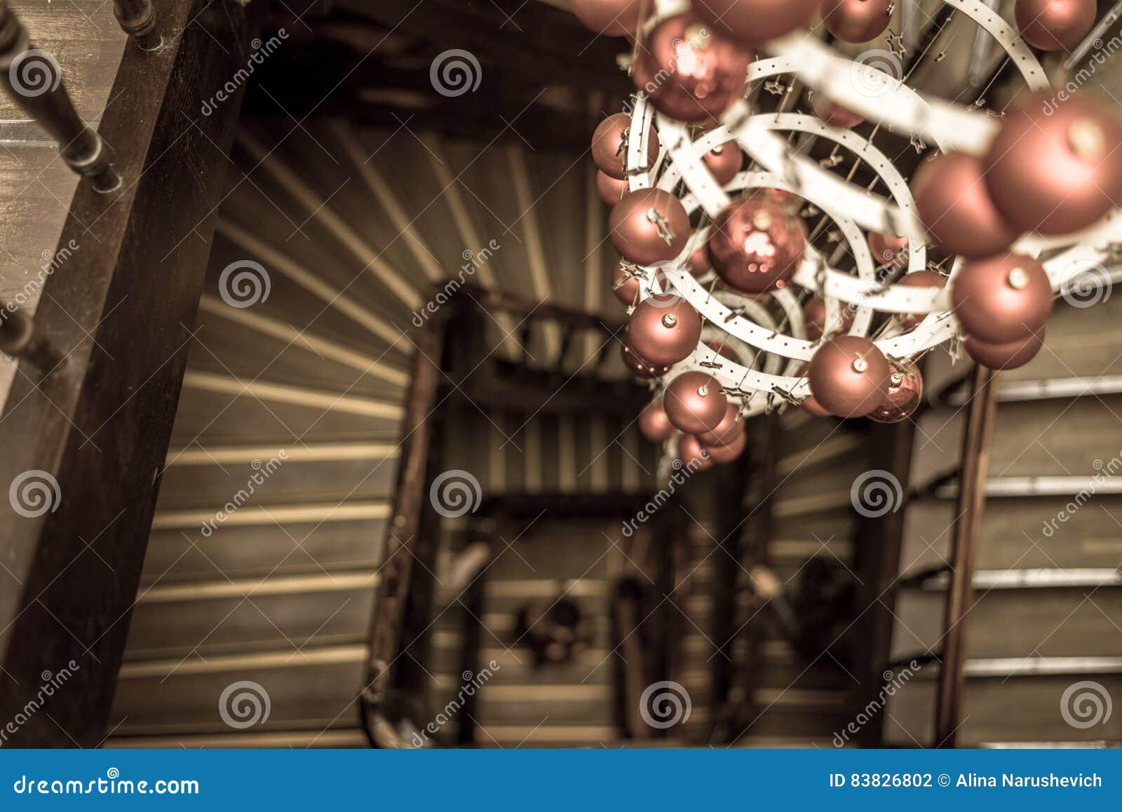 vista espiral de las escaleras redondas que miran abajo con la decoracin de la navidad