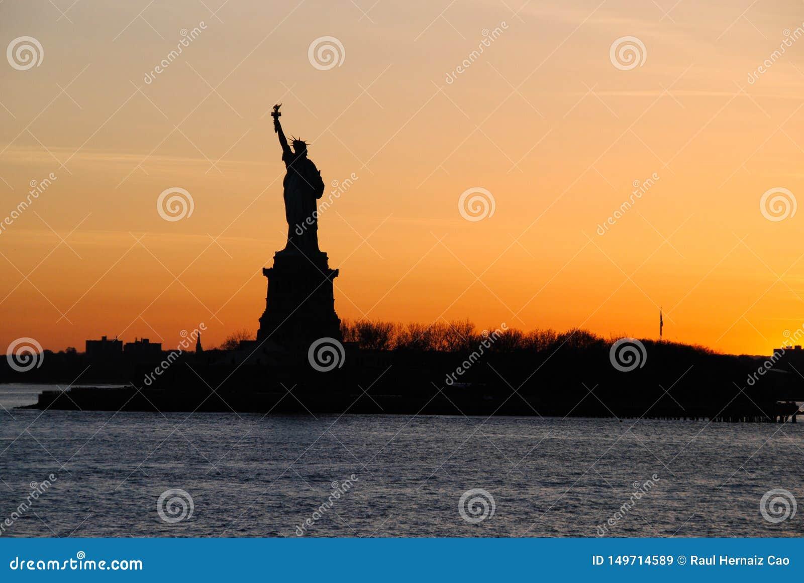 Vista excitante da estátua da liberdade, no por do sol