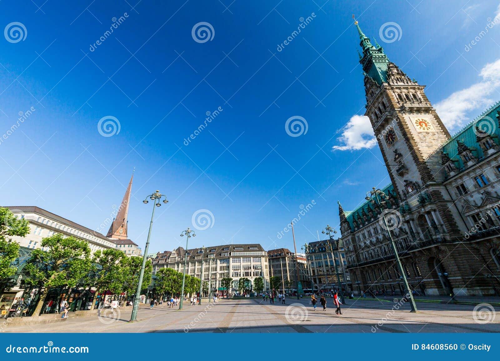 Vista exterior de la Hamburgo Rathaus y la plaza del mercado en th