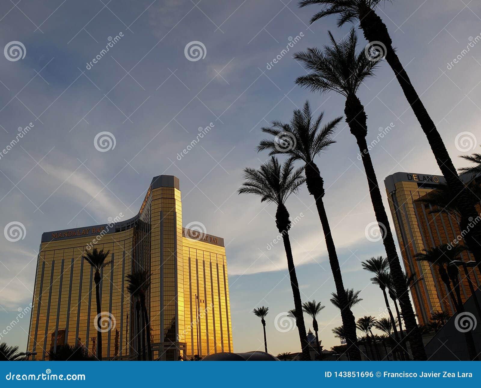 Vista exterior do hotel de Mandalay Bay na cidade de Las Vegas, Nevada no por do sol