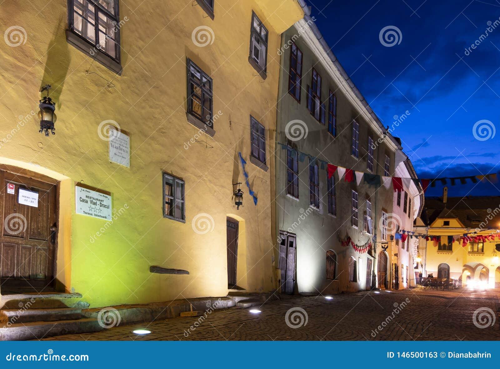 Vista exterior na noite da casa onde Vlad Tepes foi carregado alegada no s?culo XIV, em Sighisoara, a Transilv?nia