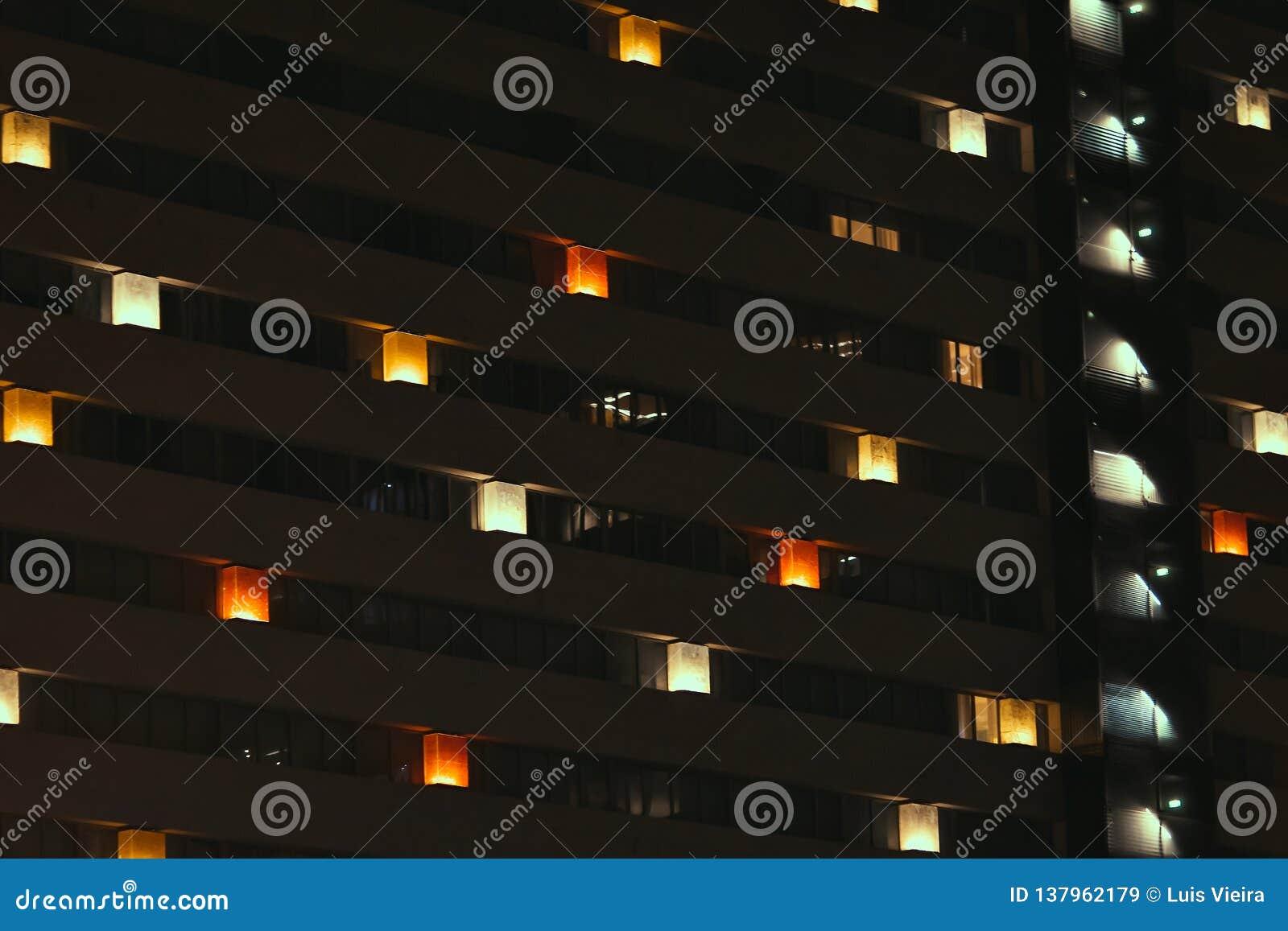 Vista frontal da fachada da noite da construção