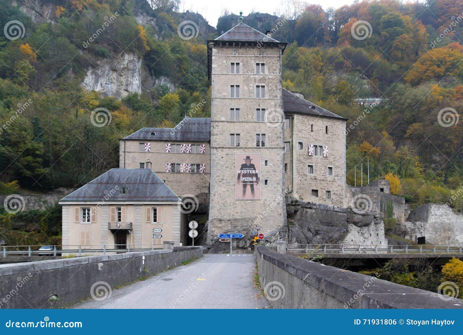 Vista frontal de la fortaleza del St Maurice History, Suiza