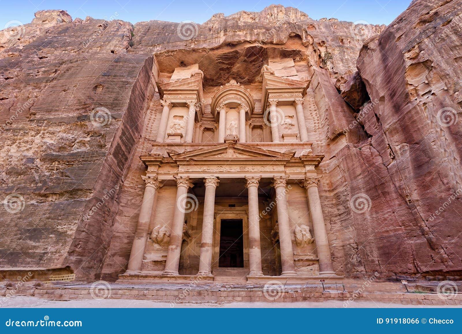 Vista frontale di ` il ` di Ministero del Tesoro, una delle tempie più elaborate nella città antica di regno di Nabatean dell ara