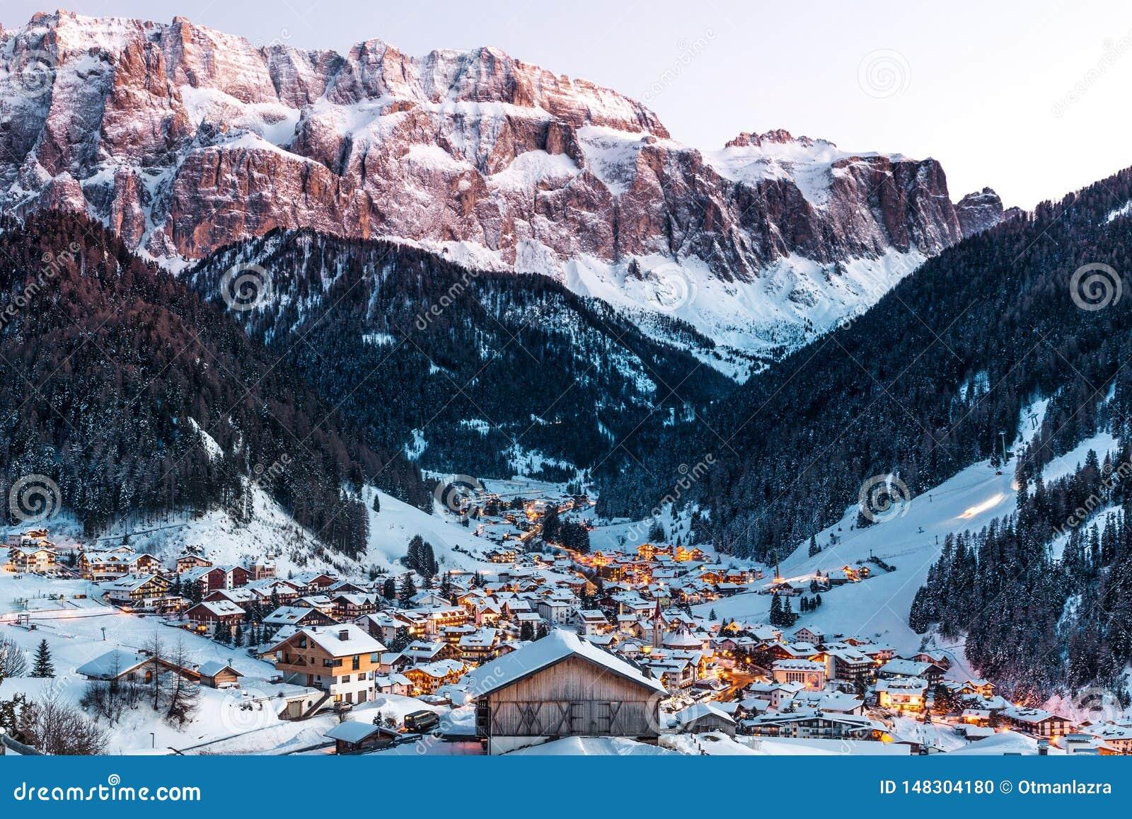 Vista generale della selva con le montagne del gruppo di Sella e la montagna di Sassolungo, Val Gardena, dolomia, Italia