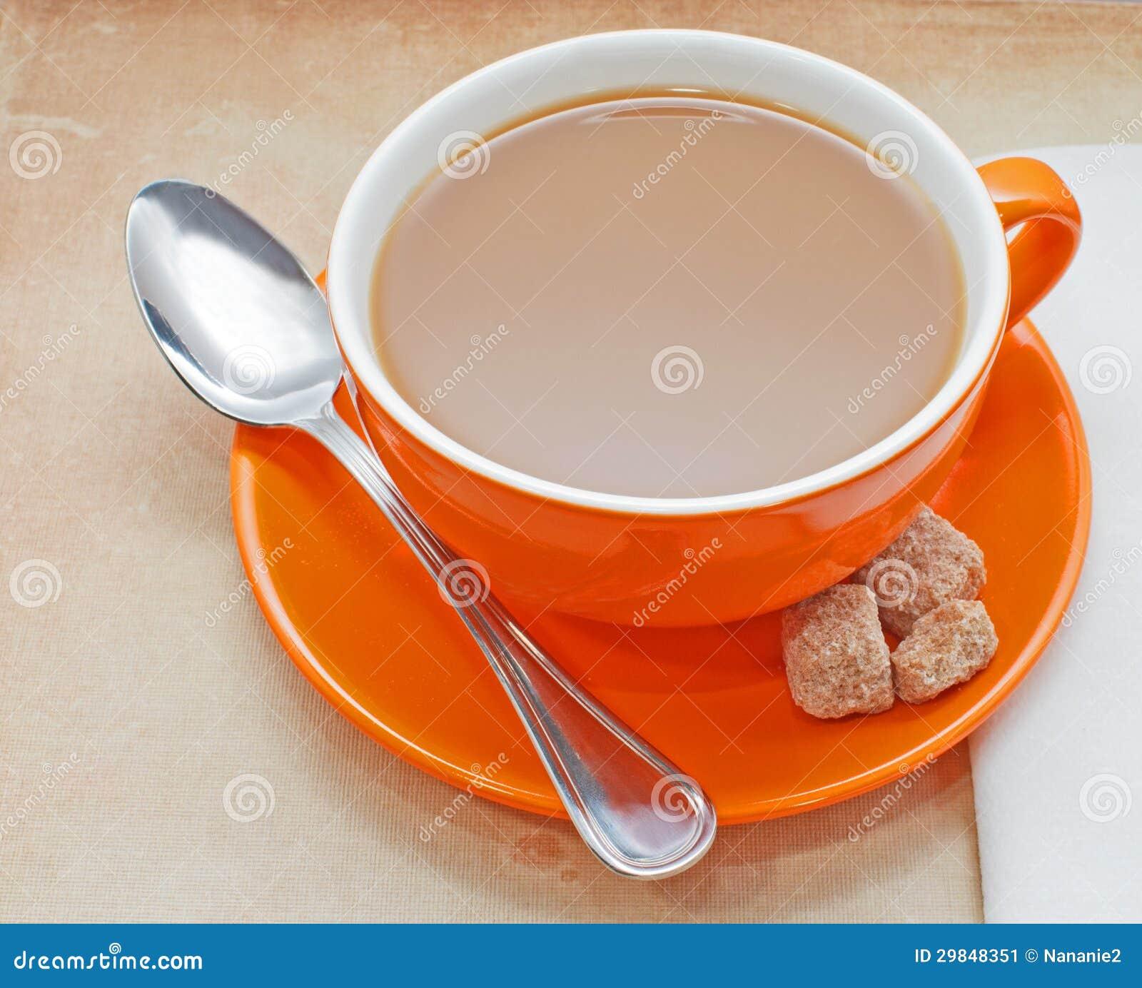 Close up do copo de café alaranjado