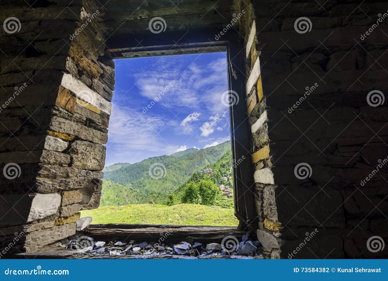 Vista gloriosa do vale de Janjheli através de uma janela quadro de madeira