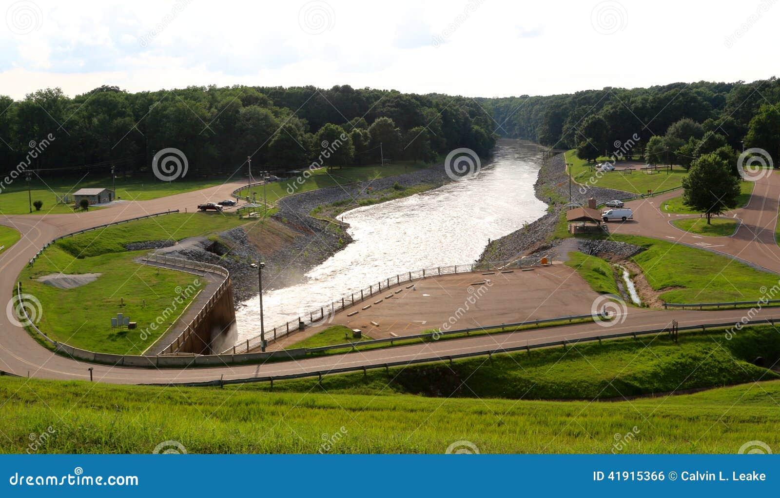 Vista granangular de la presa hermosa de Arkabutla