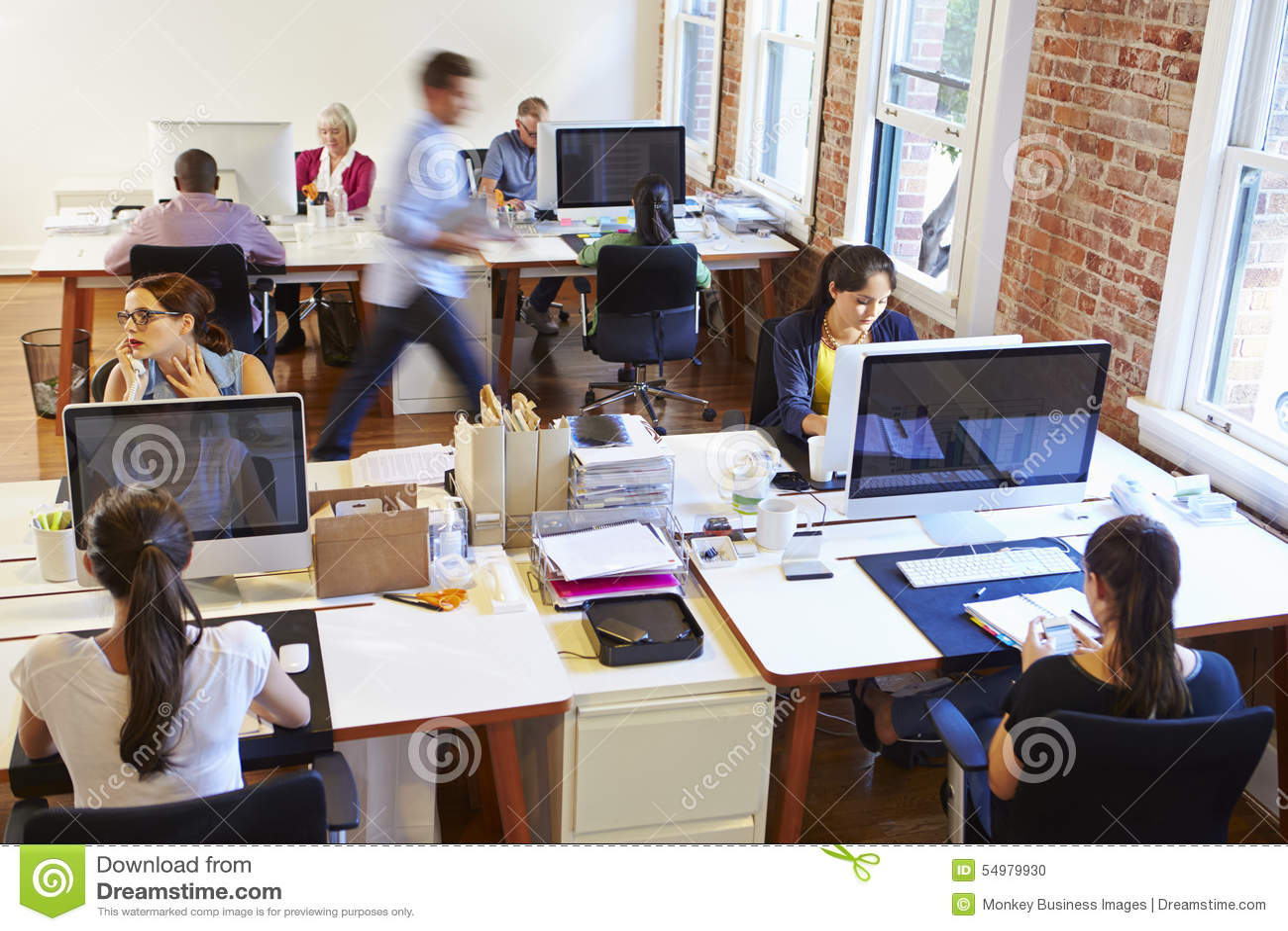 Vista grandangolare dell ufficio progetti occupato con i lavoratori agli scrittori