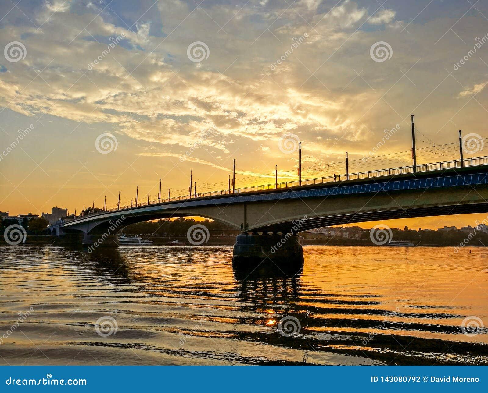 Vista idílico da ponte sobre Rhine River contra o por do sol na cidade de Bona, Germnay
