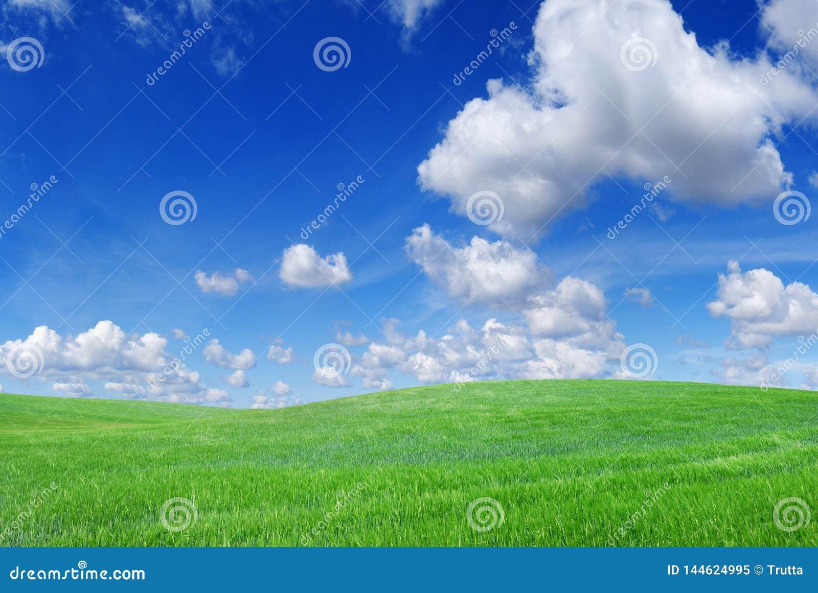 Vista idílico, montes verdes e céu azul