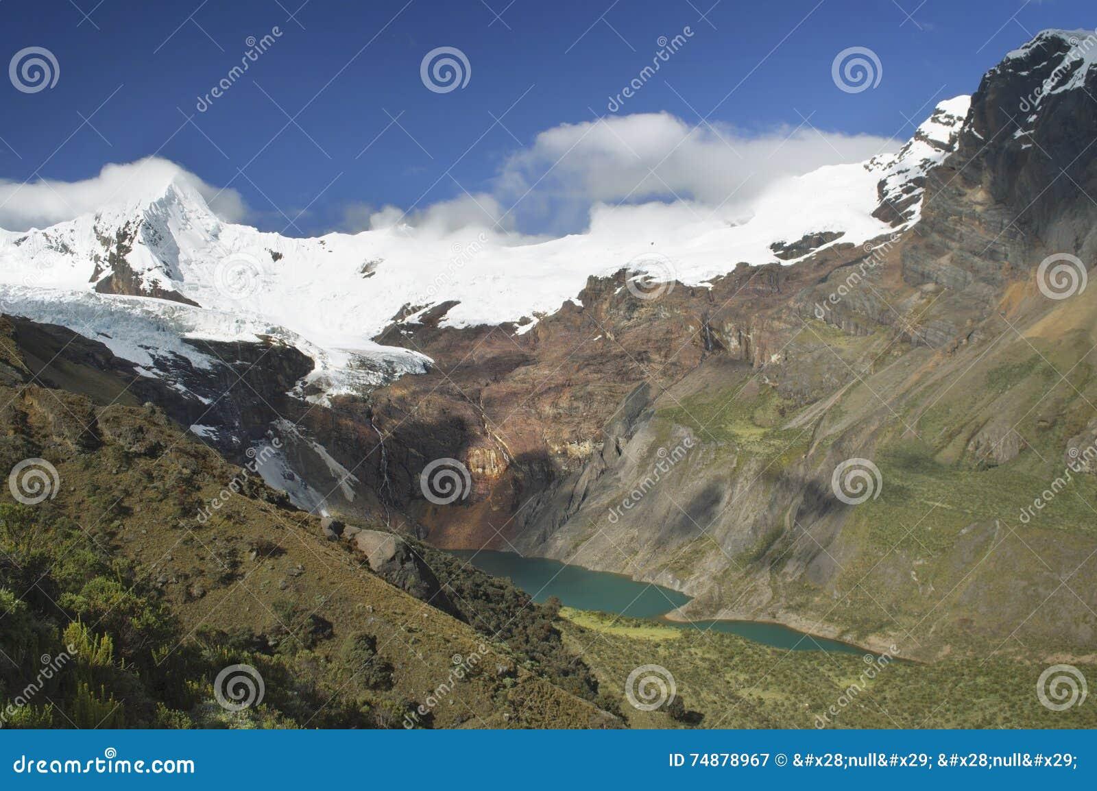 Vista impressionante do lago Tullpacocha com as geleiras da montagem Tullparahu em BLANCA de Cordilheira, Peru