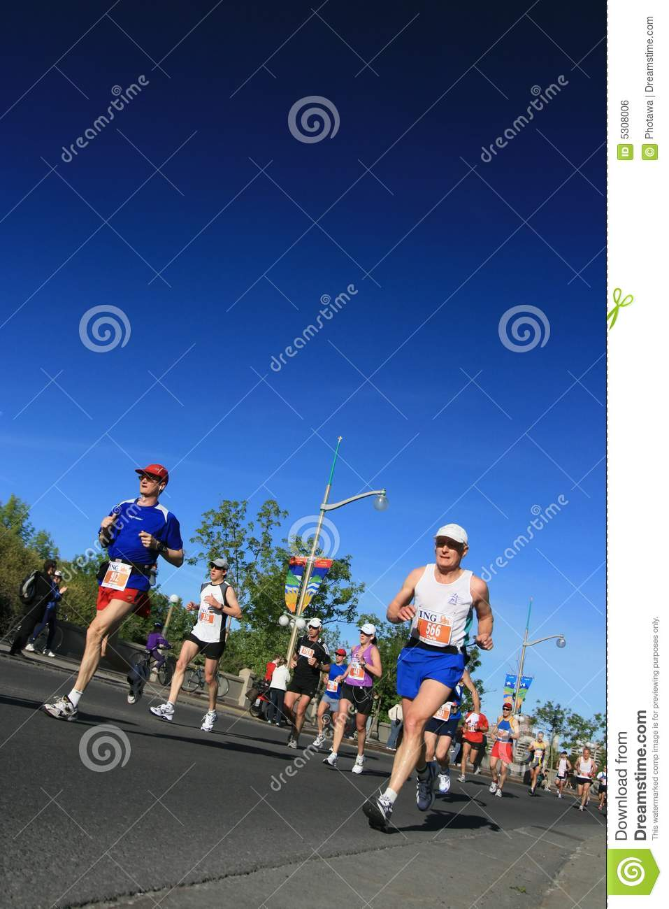 Download Vista Inclinata Dei Corridori Di Maratona Fotografia Editoriale - Immagine di concorrenza, boulevard: 5308006