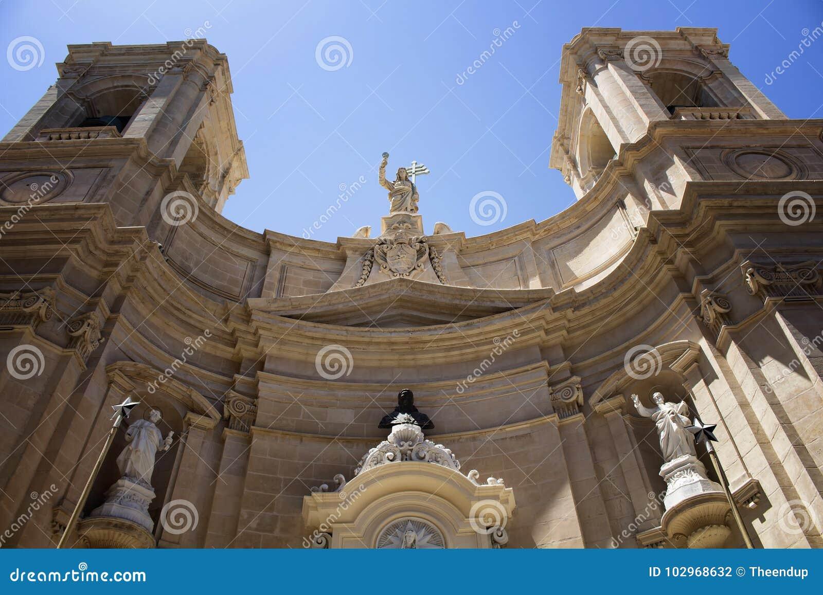 Vista inferior da igreja do ` s de St Dominic