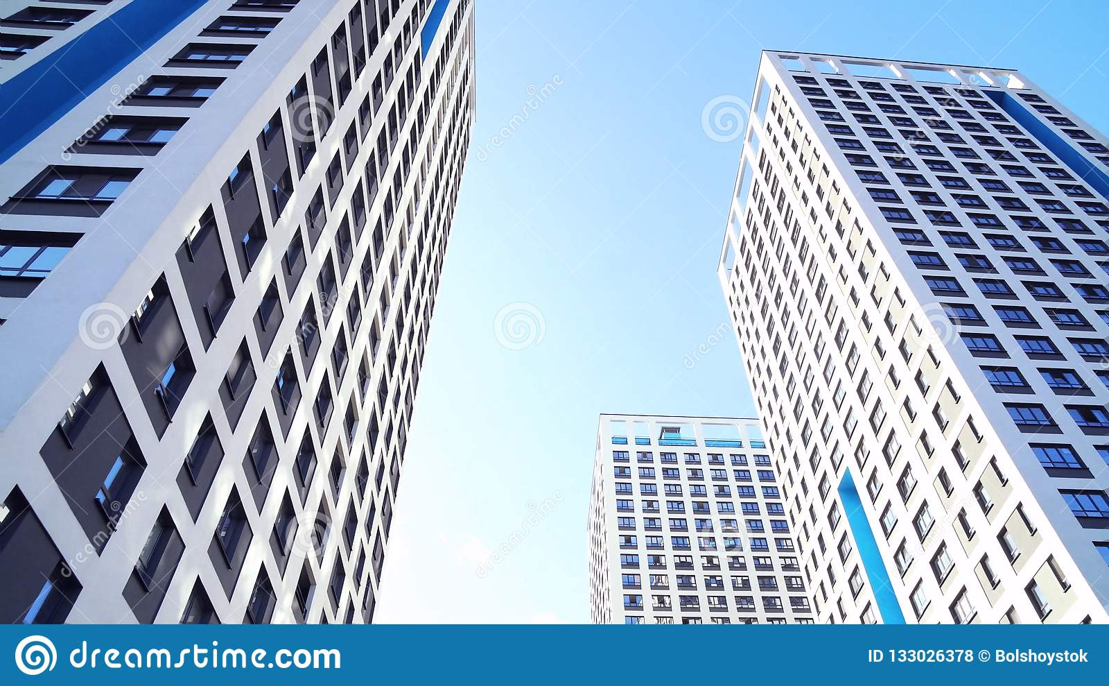 Vista inferior de prédios residenciais novos com céu azul ambiente urbano Quadro Os complexos residenciais os mais novos