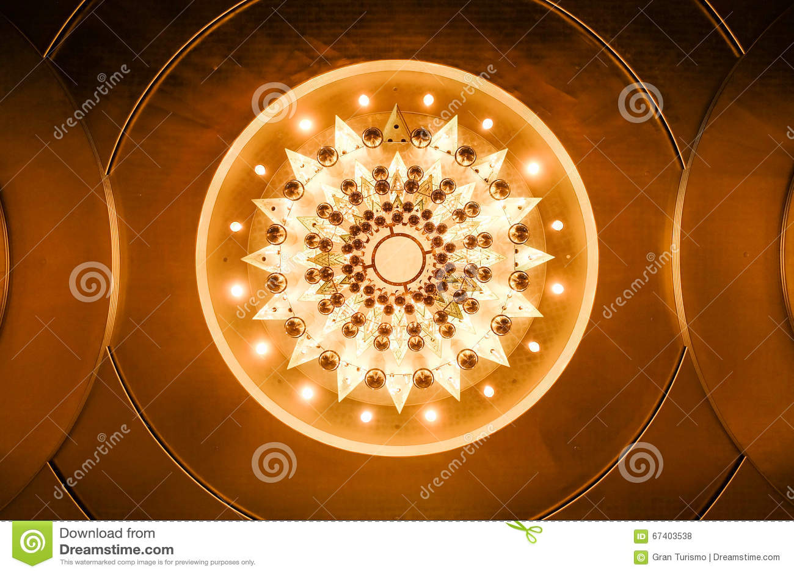 Vista inferior do candelabro iluminado