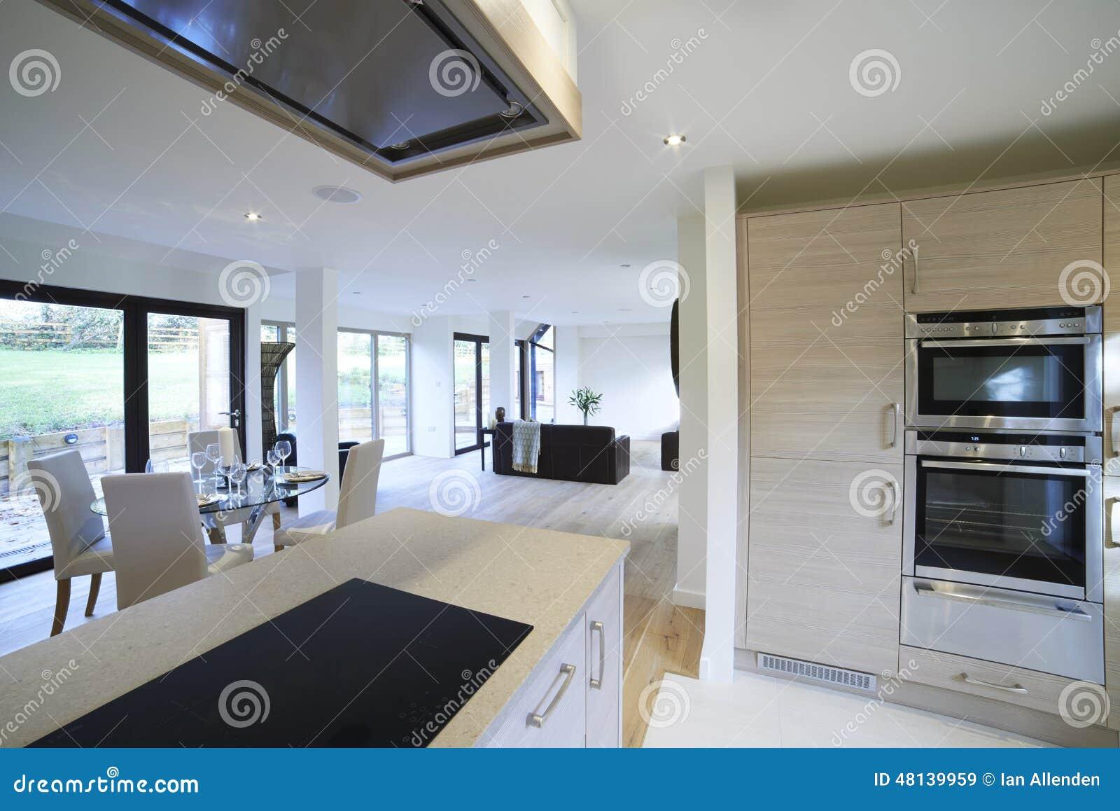 Vista interior da sala de jantar e da cozinha luxuosas - Sala con cucina a vista ...