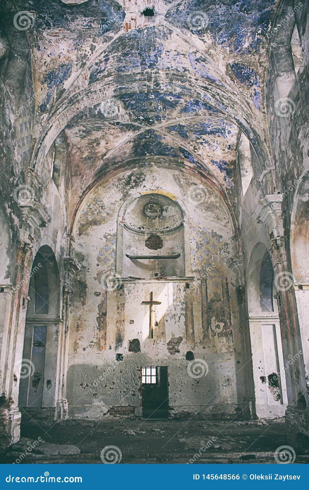 Vista interior de la iglesia abandonada y da?ada