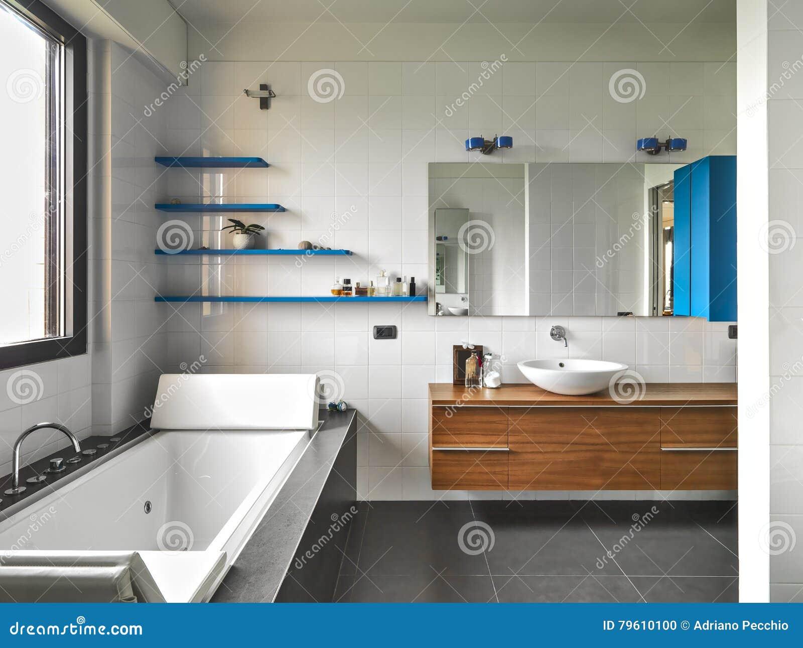 Vista interior de um banheiro moderno