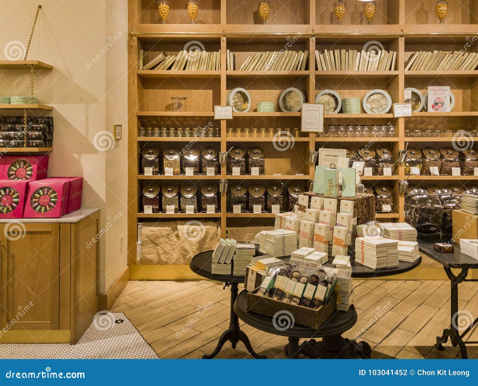 Vista interior de uma loja especial dos doces na galeria de Glendale