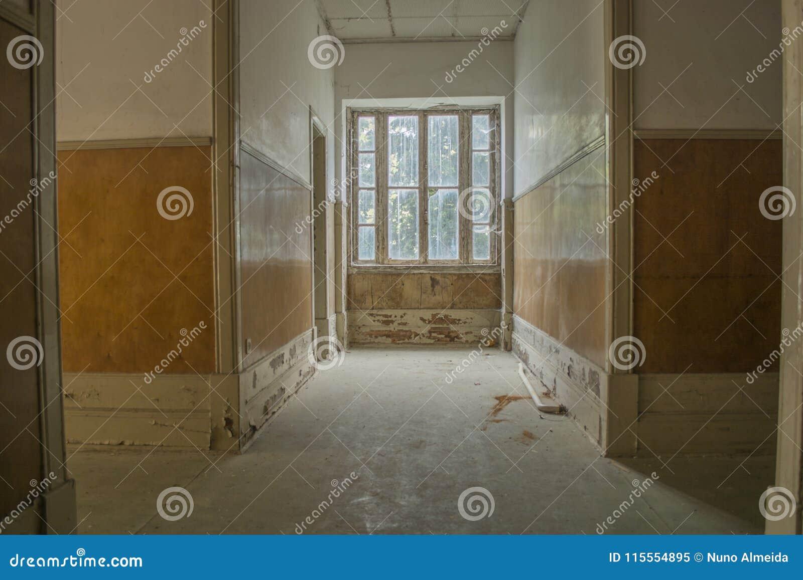 Vista interior del sanatorio abandonado en Portugal