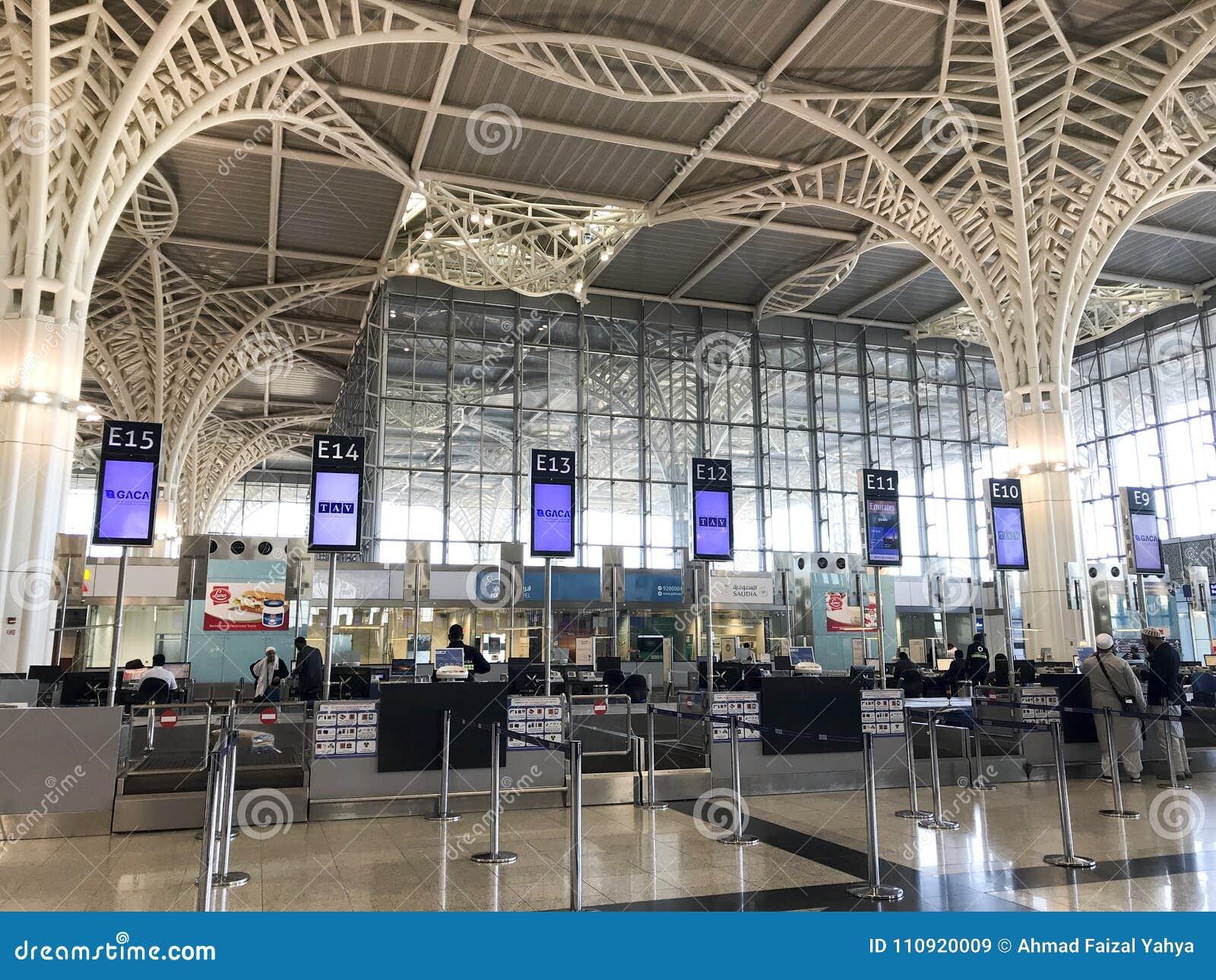 Vista interna di architettura dell aeroporto internazionale recentemente completato di Abdulaziz del bin di principe Mohammed in