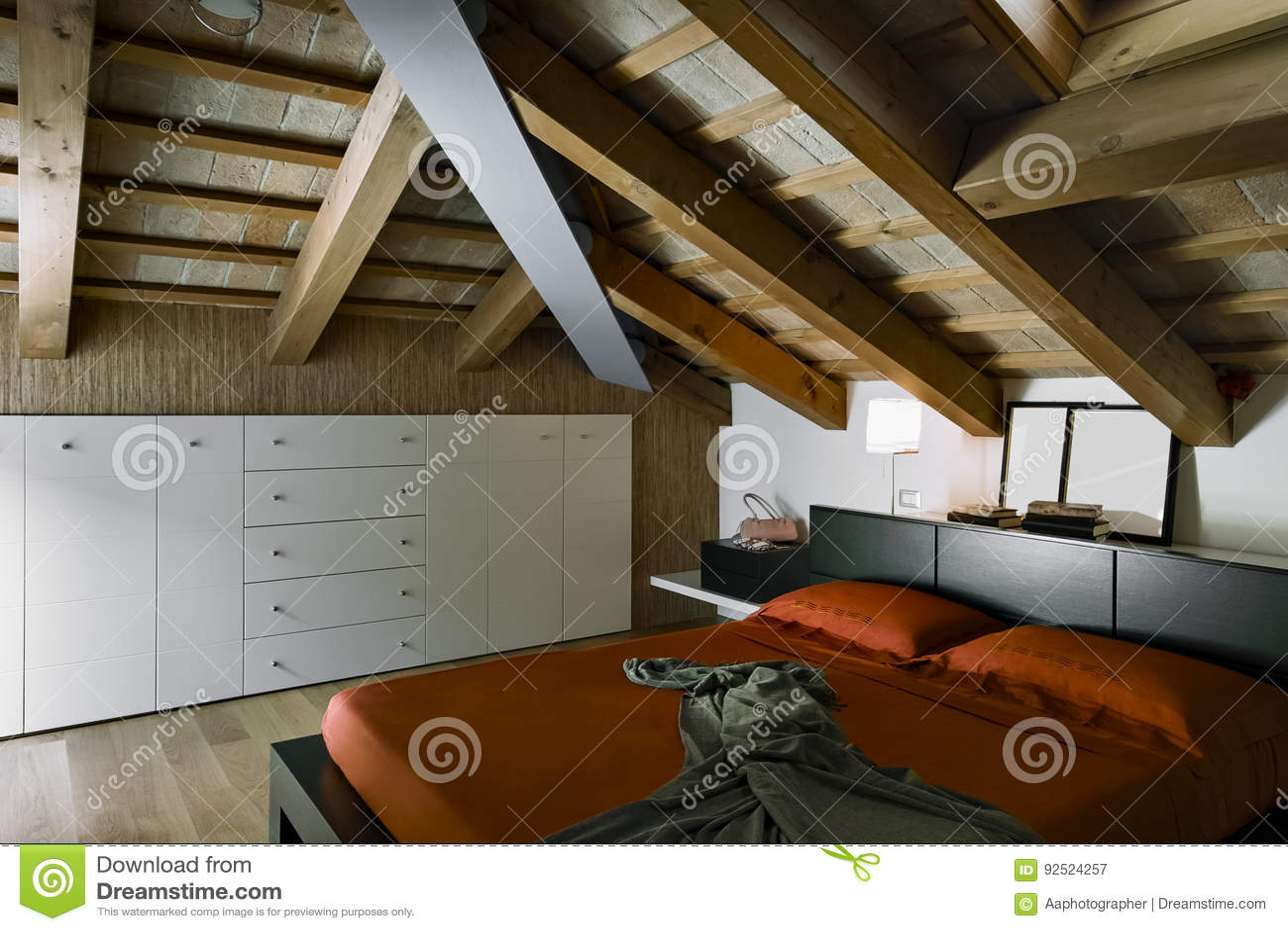 Vista interna di una camera da letto moderna nella stanza della soffitta immagine stock - Stanza da letto moderna prezzi ...