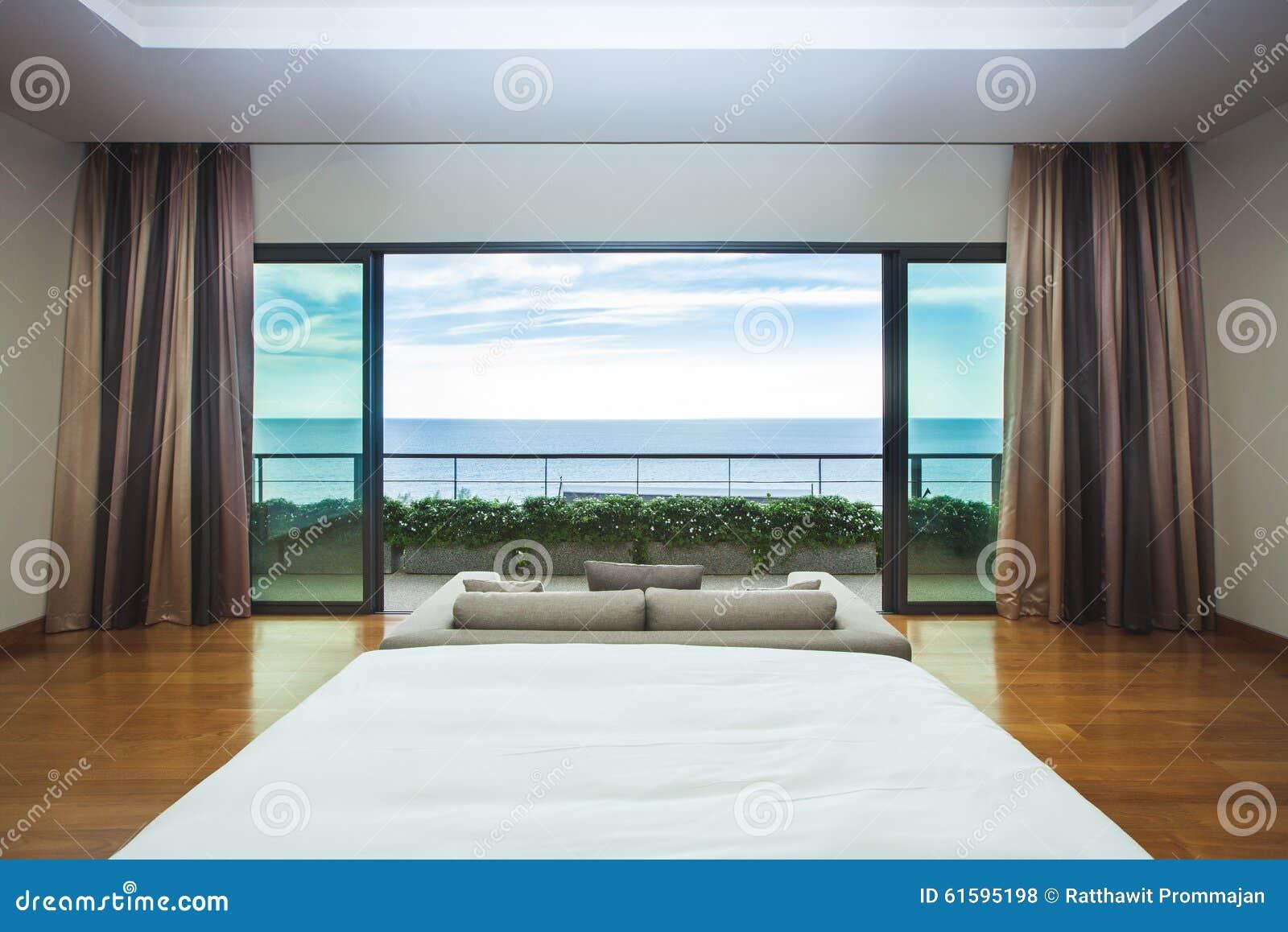 Vista interna di vista sul mare della camera da letto di - Camera letto mare ...